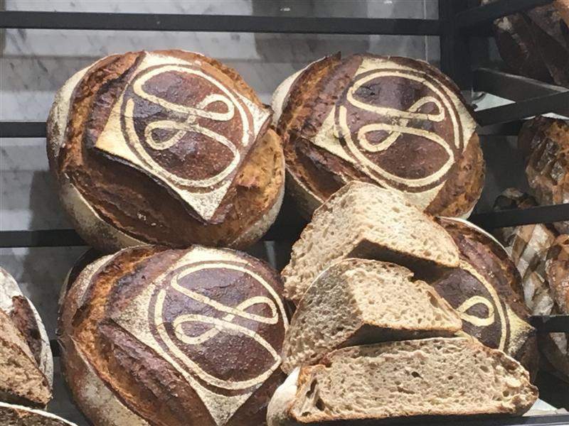 boulangerie maison Landemaine pochoir sur pains (Medium)
